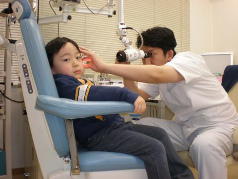 耳用顕微鏡で検査